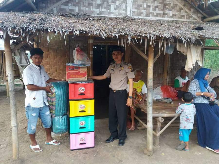 Bhabinkamtibmas Polsek Balaraja membantu rehabilitasi rumah nenek berusia 100 tahun di Sukamulya, Kabupaten Tangerang.