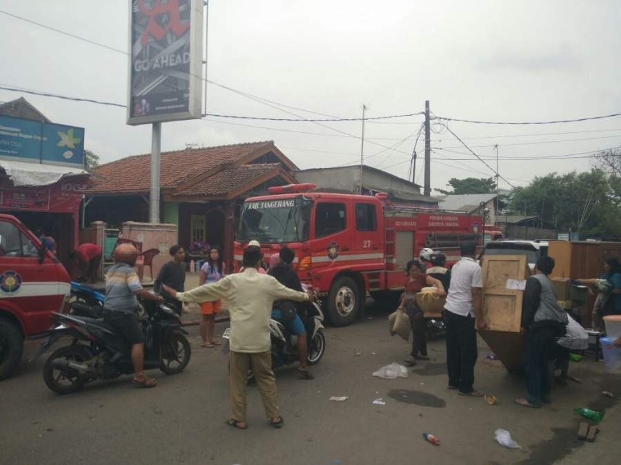 Mobil pemadam kebakaran Kabupaten Tangerang berusaha memadamkan api.