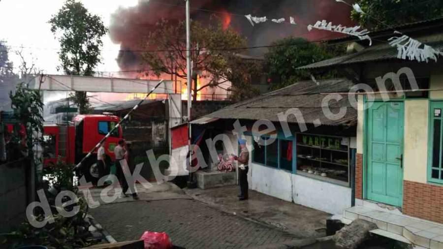 Lima Mobil Damkar Padamkan Kebakaran di Pabrik Thinner