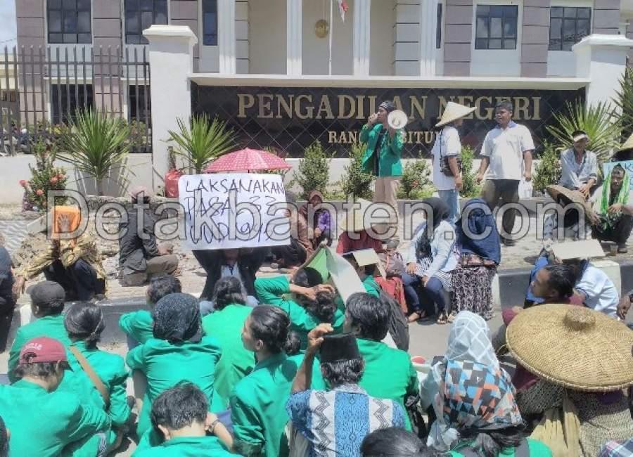 Petani Cilangkap Unjuk Rasa di Pengadilan